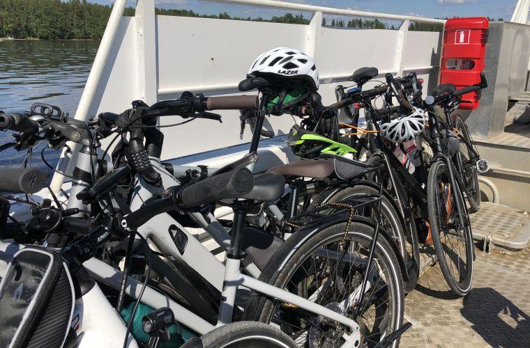 Pyörälautta Kyläniemestä Sarviniemeen on lastattu pyörillä.