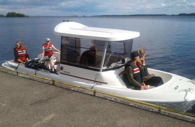 Taika-vene kuljettaa retkeläiset Joutsenon satamasta