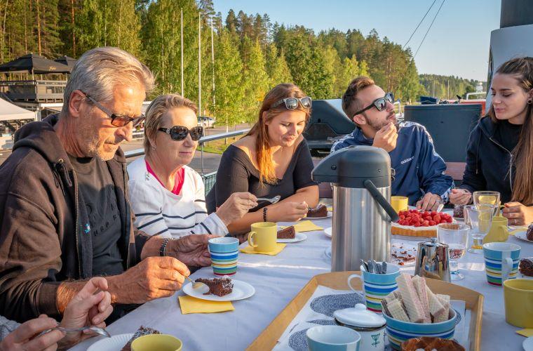 Emma-laivan kattoterassilla voi nauttia auringosta ja hyvästä ruuasta.
