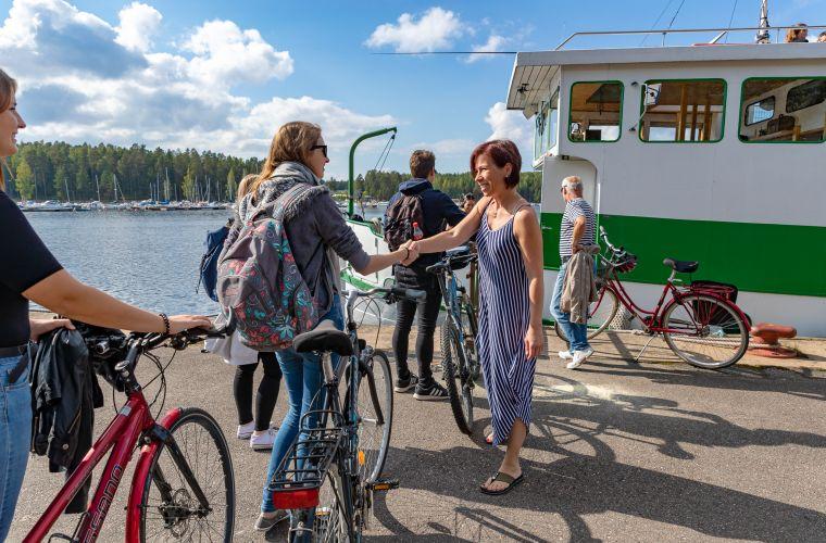 Emma-laivan viraanvarainen henkilökunta toivottaa matkustajat tervetulleeksi.