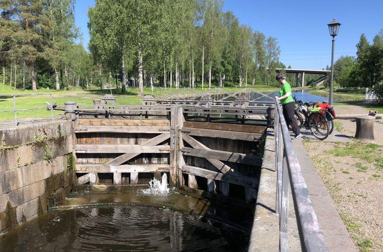 Vanha Saimaankanava on nähtävissä Mustolan ja Mälkiän sulkujen välissä uuden kanavan vierellä.